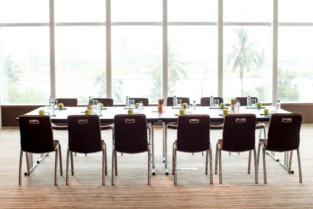 Конферентна зала, обзаведена в бизнес стил