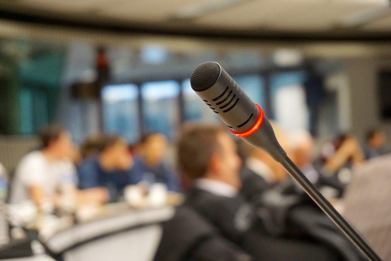 публично говорене пред микрофона на бизнес хотел